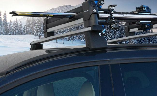 ¿Cómo colocar los esquís en el coche?